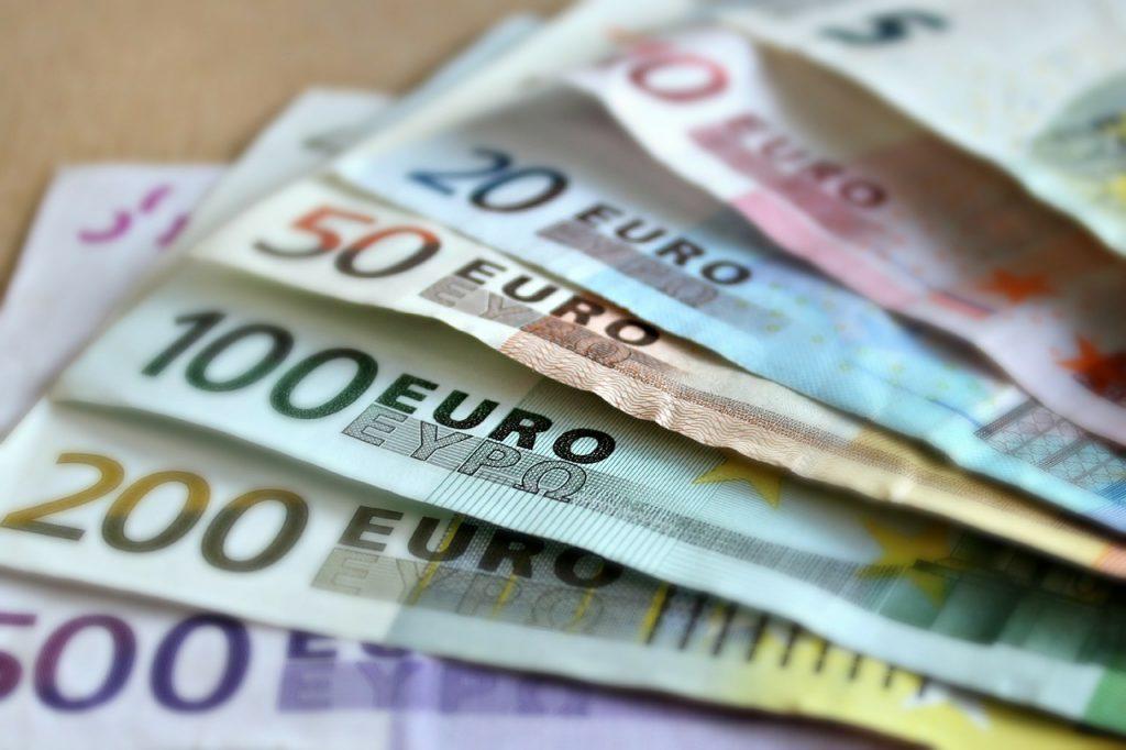 Podróż do Hiszpanii i wymiana waluty w kantorze na odpowiednią (euro)