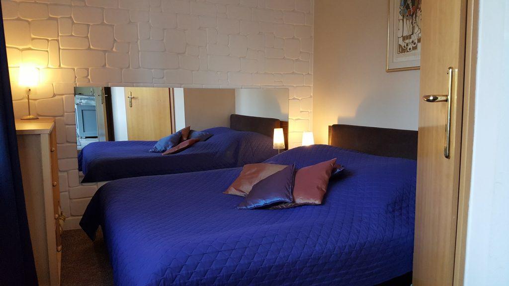 Komfortowy odpoczynek w apartamencie z kominkiem